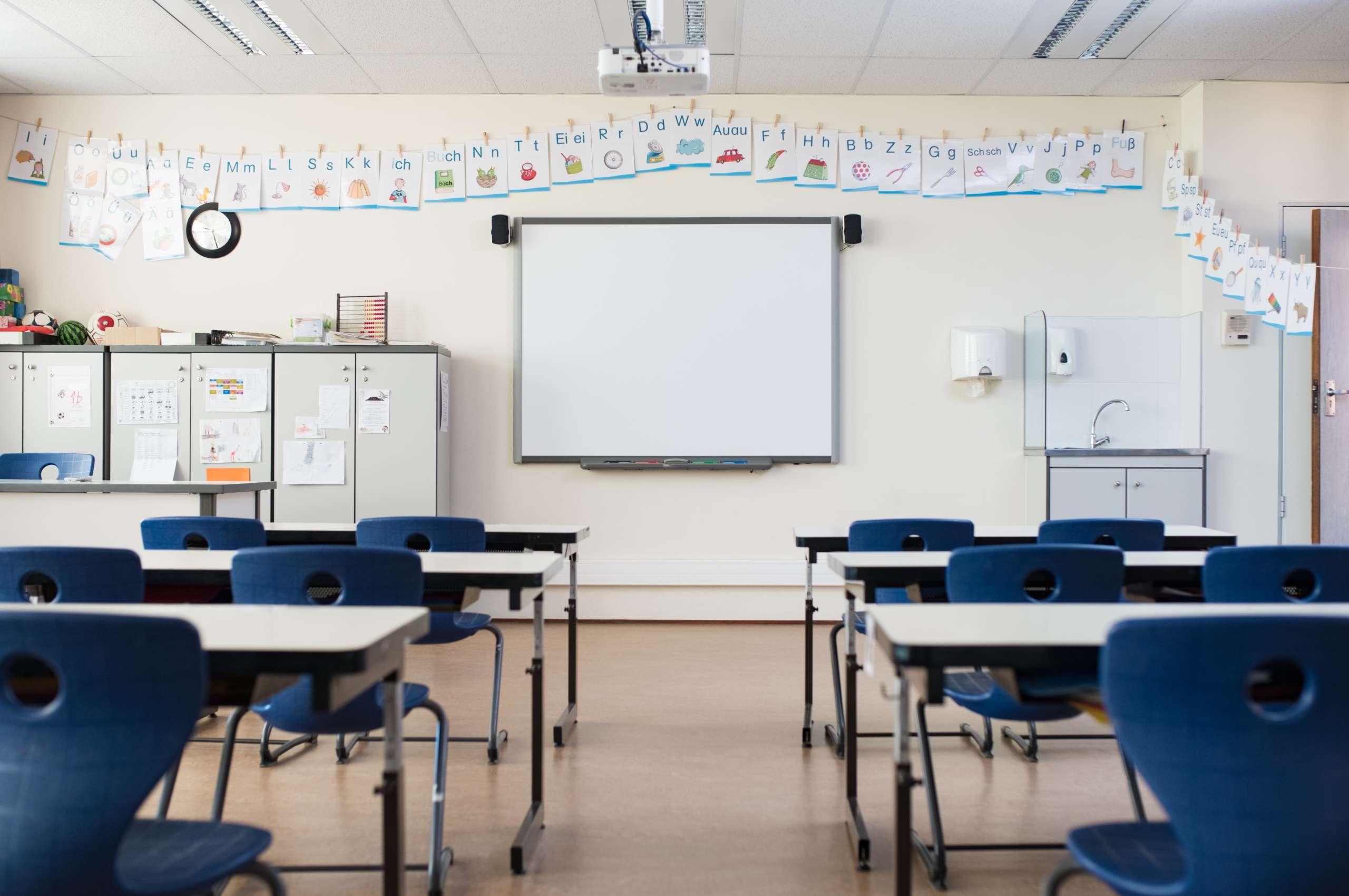 Leeres Klassenzimmer mit Whiteboard.